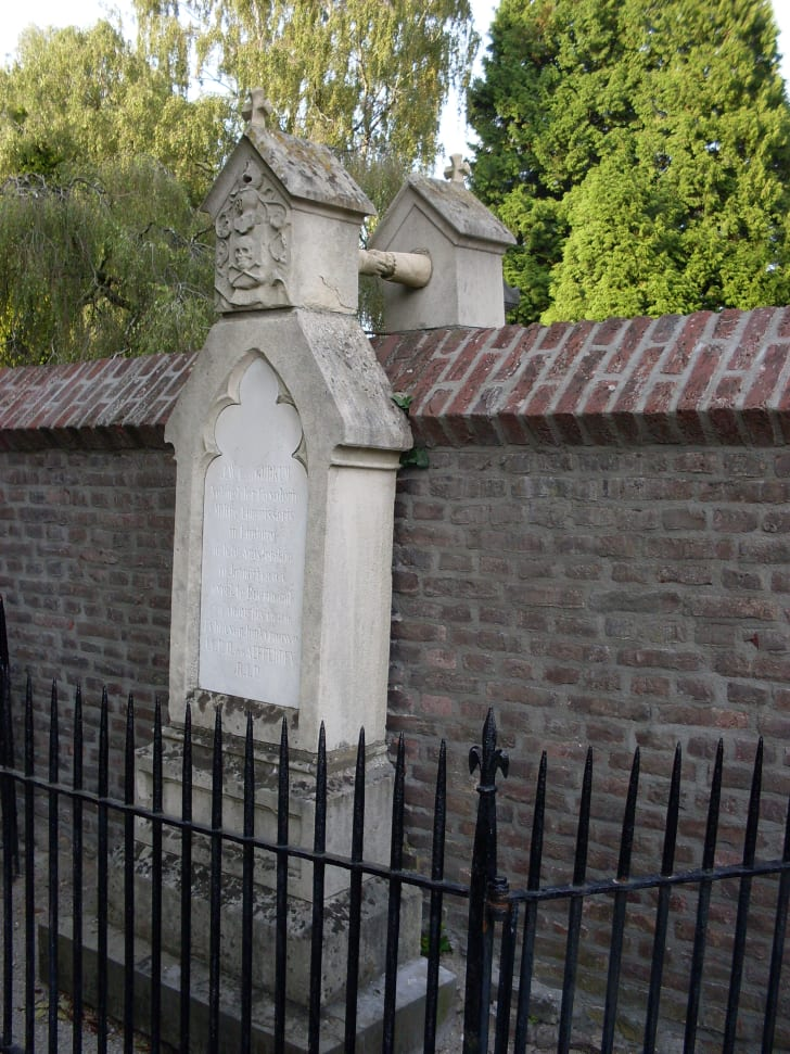 """A photograph of two graves in Roermond, the Netherlands, known as Het graf met de handjes, or """"Grave with the little hands."""""""