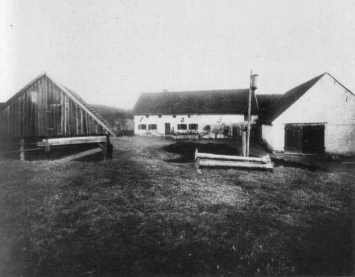 A black-and-white photo of the Hinterkaifeck farm a few days after the murders