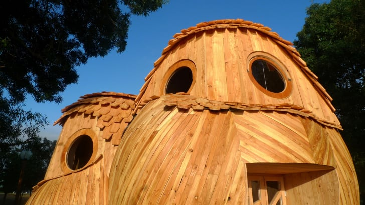 """Les Guetteurs,"" or ""The Watchers,"" is a public cabin in France's Bordeaux region that's shaped like a cluster of three owls."