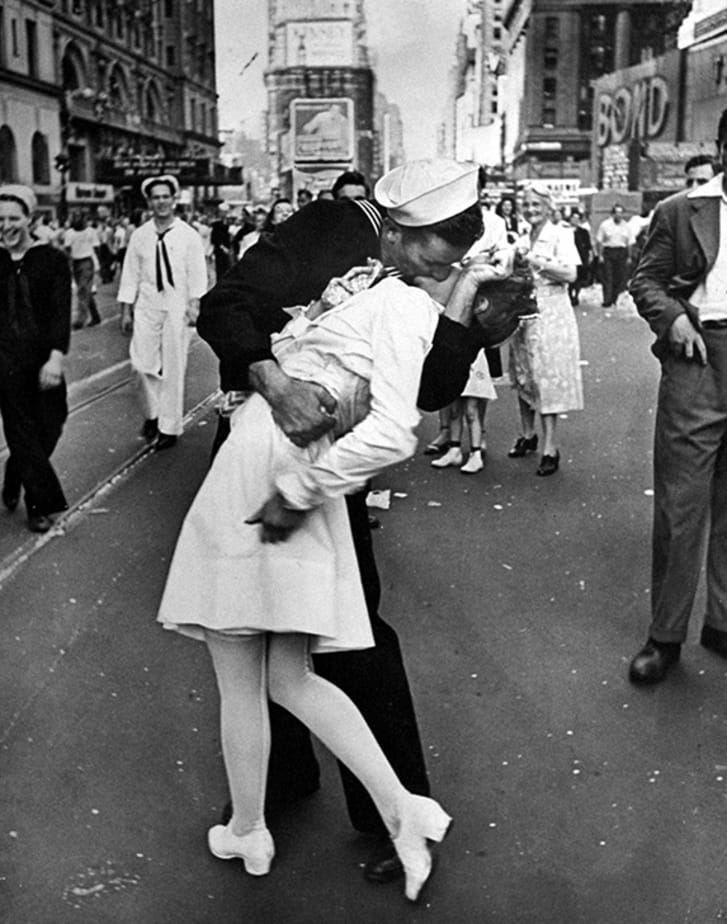 Soldier kissing woman in nurse's uniform in Times Square