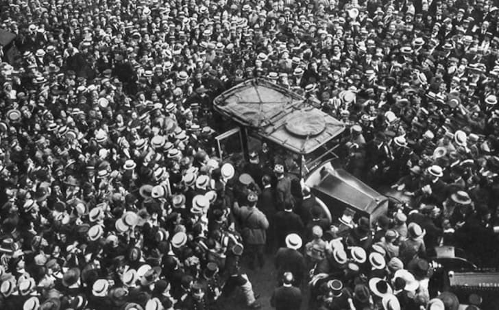Crowds cheer US general John Pershing in Paris in 1917