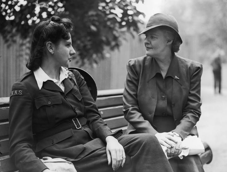 Dorothy Thompson chats to an ambulance driver on a London bench in 1941.