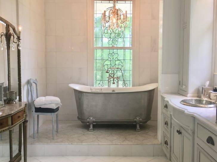Bathroom in Twelve Oaks Mansion