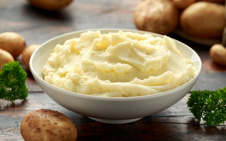 Mashed potatoes in a bowl.