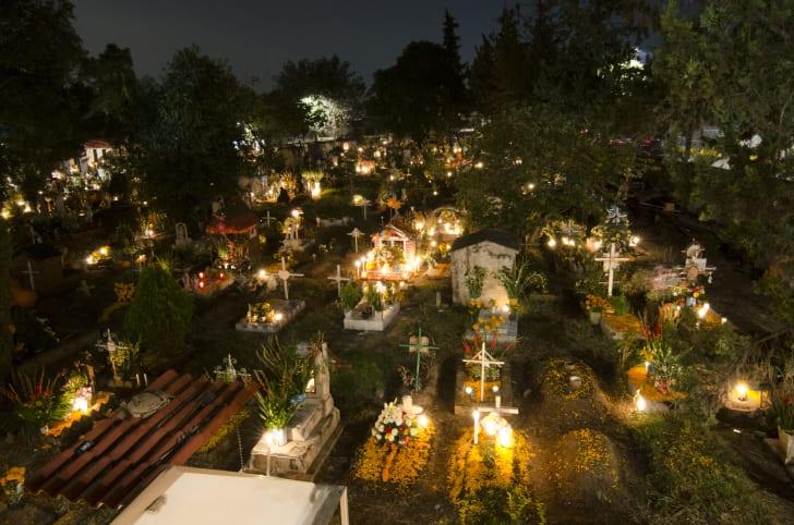 Могилы во время празднования Дня мертвых в Мексике