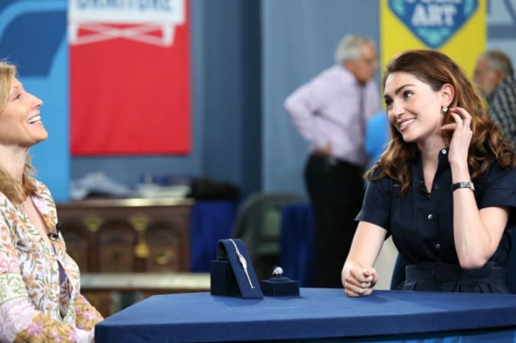'Antiques Roadshow' appraiser Katherine Van Dell (R) examines a watch and Art Deco star sapphire ring