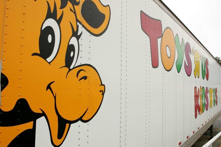 geoffrey the giraffe on toys r us truck