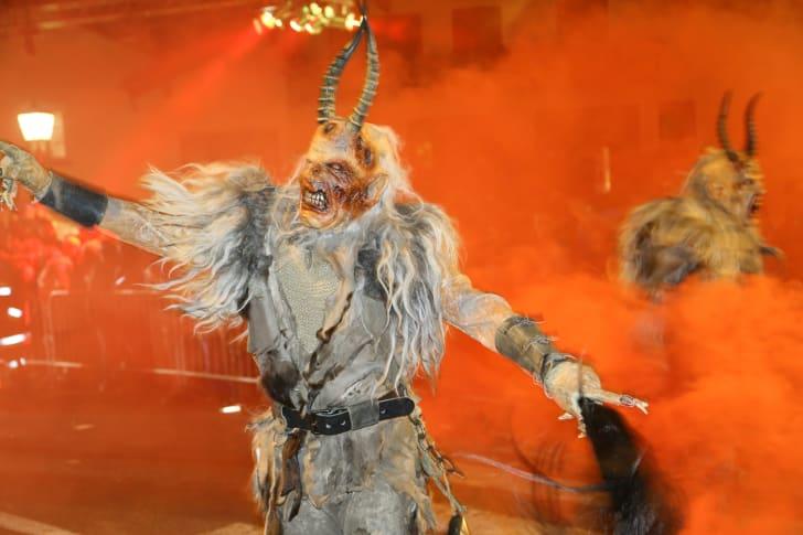 Los personajes de Krampus desfilan en el día de San Nicolás