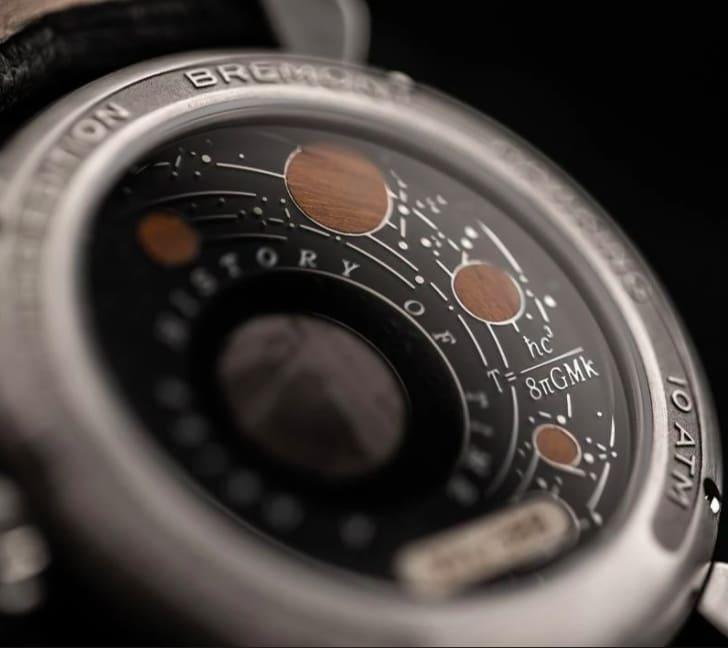 Conheça o relógio da Bermond decorado com pedaços de madeira da mesa de Stephen Hawking