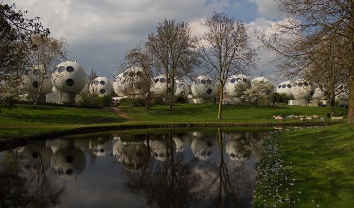 Conheça Bolwoningen: as casas em formato de bola de golfe na Holanda