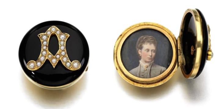 """Conheça as """"joias de luto"""" da rainha Vitória que estão à venda em Londres!"""