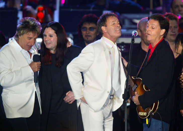 Rod Stewart (L) Ozzy Osbourne (2nd L) sing with Cliff Richard (2nd R) and Paul McCartney (R) sing together during 'Party at the Palace' in London 03 June 2002