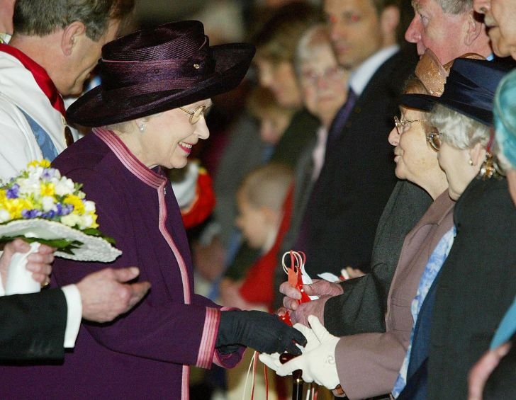 Queen Elizabeth II hands out maundy money in 2004.