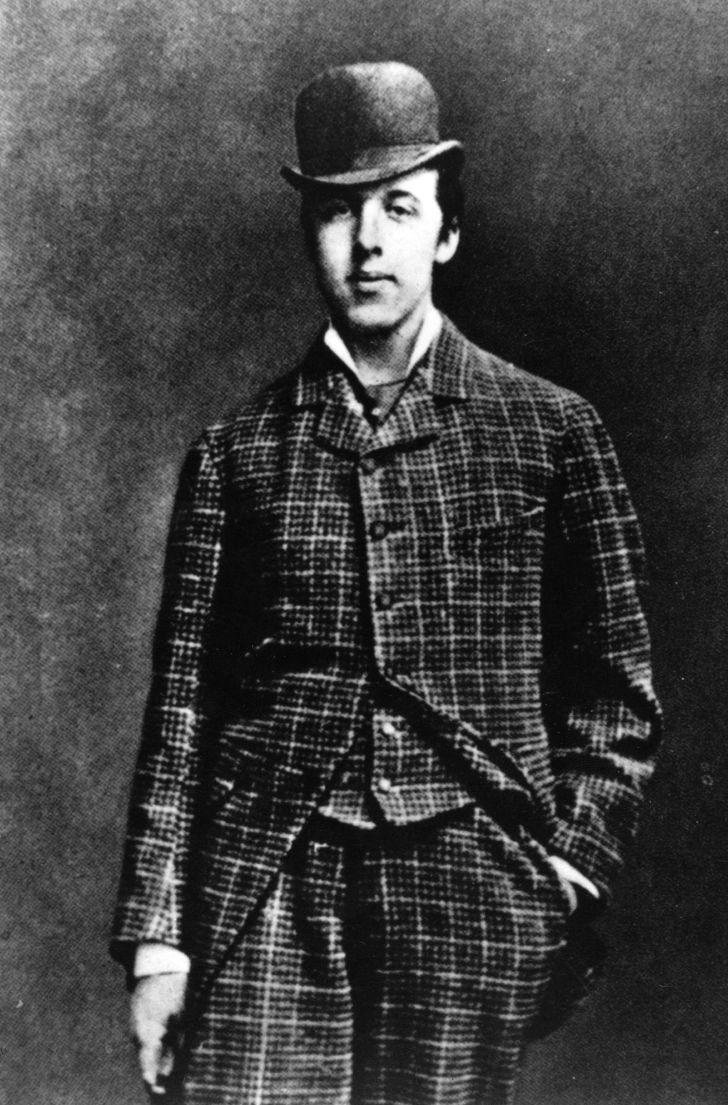 Oscar Wilde wearing a bowler hat in 1885.