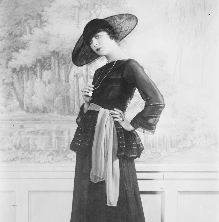 Actress Fanny Brice wearing a cartwheel hat circa 1910.