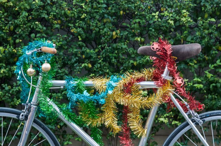A bike with tinsel on it.
