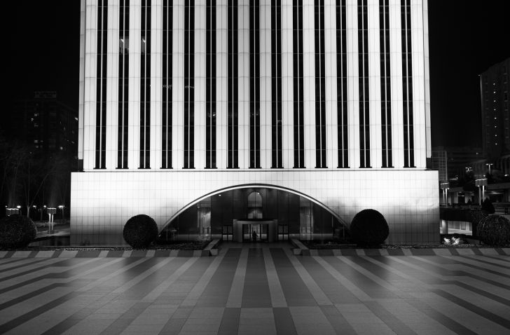 A photo of the Torre Picasso business building in Madrid, Spain.