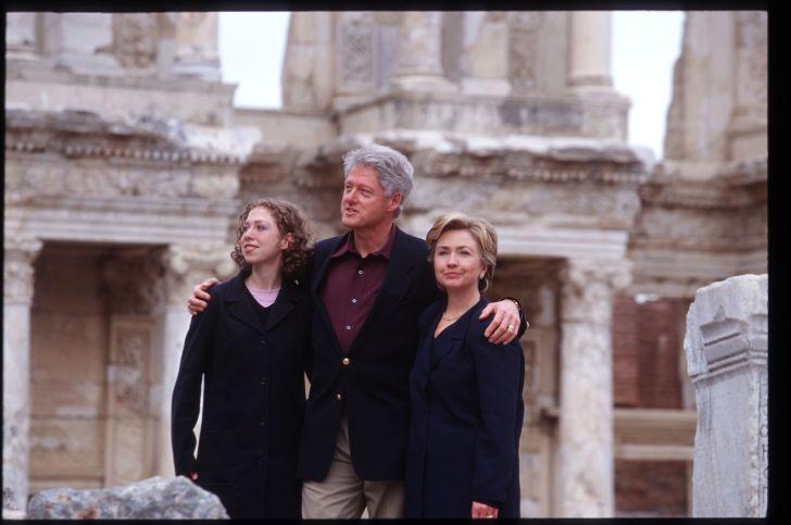 A photo of Bill Clinton, Hillary Clinton, and Chelsea Clinton.