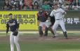 INCREÍBLE: En Corea se dio uno de los bat flip más extravagantes que se recuerden