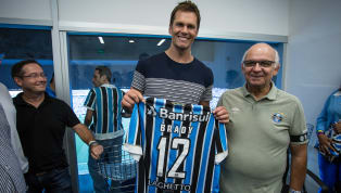 Presença ilustre! Tom Brady acompanha Gre-Nal e posa com camisa do Grêmio