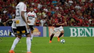 Éverton Ribeiro recebe amarelo e está fora do clássico contra o Botafogo