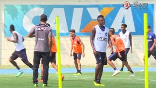Marcos Vinícius sente desconforto e deixa treino; Botafogo diz que não preocupa