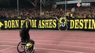 Torcedor cadeirante do AEK comanda festa antes de duelo contra o Bayern