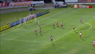 VÍDEO: PÊNALTI? Robinho é derrubado na área, mas árbitro deixa seguir