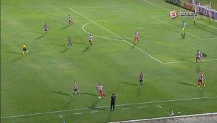 VÍDEO: GASPARZINHO? Leandro Costa chuta o vento e cai de forma bizarra na área!