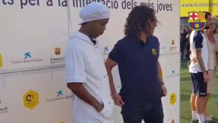 VÍDEO: Ronaldinho brinca com Puyol em evento do Barcelona