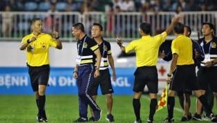 HLV trưởng CLB Hà Nội thể hiện thói côn đồ sau khi bị đuổi khỏi sân