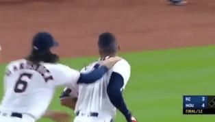 EMOTIVO: Carlos Correa pegó el hit de la victoria en el inning 12 ante los Reales