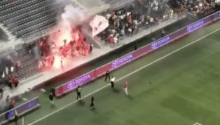 LAMENTABLE: Aficionados del Toronto FC prendieron fuego en estadio rival y desataron el caos