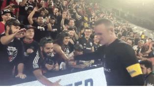 EMOTIVO: Wayne Rooney regaló sus botines a unos niños aficionados del DC United