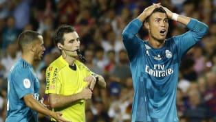 10 grandes futbolistas que perdieron la cabeza con el árbitro