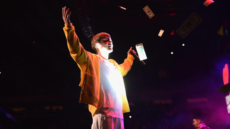 Justin Bieber regresó a los escenarios durante el show de Ariana Grande para dar una gran noticia