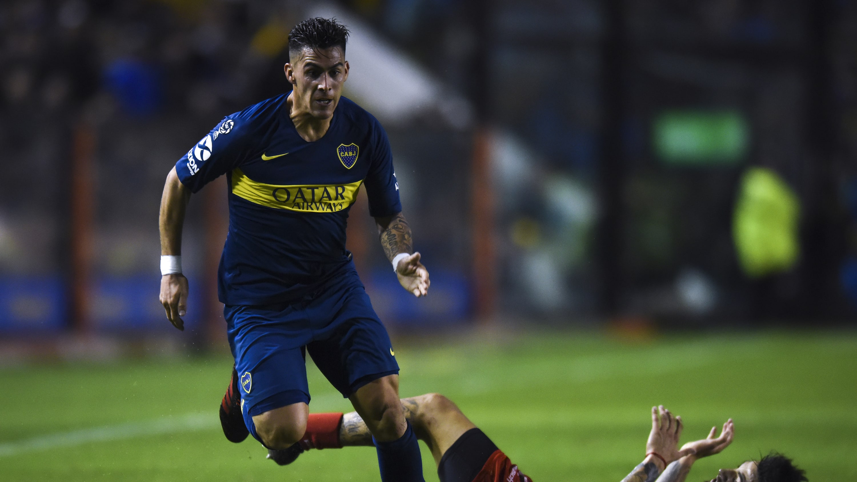 BUENOS AIRES, ARGENTINA - MAY 26:  Cristian Pavon of Boca Juniors fights for the ball with Elias Gomez of Argentinos Juniors during a second leg semifinal match between Boca Juniors and Argentinos Juniors as part of Copa de la Superliga 2019 at Estadio Alberto J. Armando on May 26, 2019 in Buenos Aires, Argentina. (Photo by Marcelo Endelli/Getty Images)
